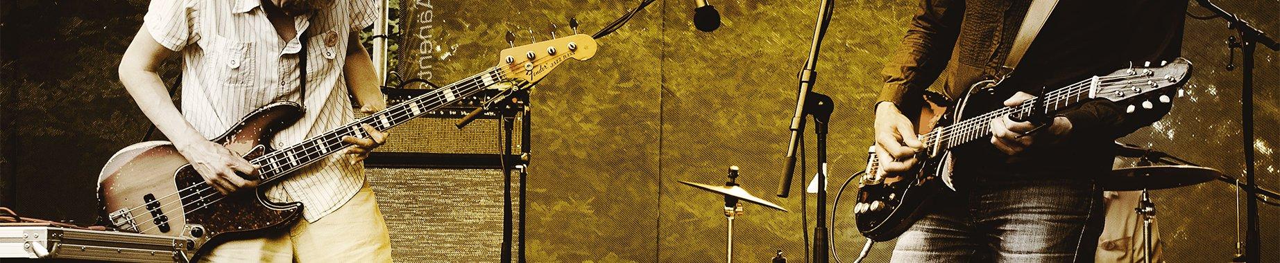 First slide, Un bassiste et un guitariste de rock joue une musique libre de droit